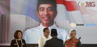 (Ki-Ka) Calon Presiden nomor urut 01, Joko Widodo dan Calon Presiden nomor urut 02, Prabowo Subianto saling menyapa di acara Debat Capres (Calon Presiden) keempat di Hotel Shangri La, Jakarta Pusat, Sabtu (30/3/2019).