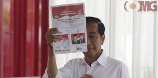 Capres nomor urut 01 Jokowi menunjukkan surat suara