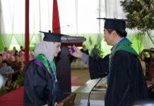 Istri Wagub Jawa Timur Emil Elistianto Dardak, Arumi Bachsin diwisuda.