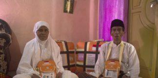Habibah (kiri) dan Saripan, saat mempersiapkan keberangkatan haji di kediamannya, Rabu (24/7/2019).