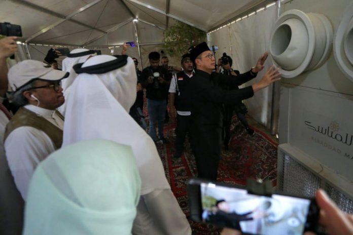 Menag sedang memeriksa AC yang dipasang di tenda Arafah.