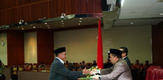 Lukman menyerahkan pendapat akhir terkait RUU Tentang Pesantren kepada Wakil Ketua DPR RI. Foto: Istimewa.