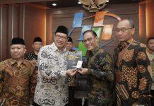 Kepala BPS Suhariyanto (kedua dari kanan) menyerahkan Laporan Hasil Survei Kepuasan Jemaah Haji 2019 kepada Menag, Kamis (17/10/2019). Foto: Kemenag.