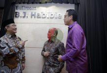 (Ki-Ka) Ketua Umum Ikatan Cendekiawan Muslim Indonesia (ICMI) Jimly Asshiddiqie, Perwakilan keluarga B.J. Habibie sekaligus Komisaris Utama atau Komisaris Independen Bank Muamalat Ilham A. Habibie dan Direktur Utama Bank Muamalat Achmad Kusna Permana berbincang bersama disela-sela peresmian Ballroom B.J.Habibie dan Apresiasi Tokoh Pendiri Bank Muamalat di Jakarta, Rabbu (5/2/2020).