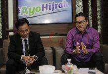 Direktur Utama Bank Muamalat (kanan) mengenalkan pengacara senior Yusril Ihza Mahendra (kiri) kepada awak media di Bank Muamalat Tower, Jakarta, Rabu (5/2/2020).