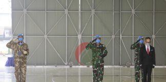 (Ki-Ka) Mayor Jendral TNI Victor Hasudungan Simatupang, Panglima TNI Marsekal Hadi Tjahjanto, dan Wakil Menteri Luar Negeri Mahendra Siregar memberikan penghormatan terakhir kepada jenazah Pembantu Letnan Dua (Pelda) Anumerta, Rama Wahyudi di Landasan Udara (Lanud) Halim Perdanakusuma, Jakarta Timur, Jumat (3/7/2020).