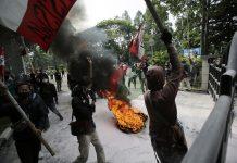 Sejumlah mahasiswa menggelar aksi unjuk rasa tolak UU Cipta Kerja di Pusat Pemerintahan Kota Tangerang (Puspemkot), Banten, Senin (12/10/2020).